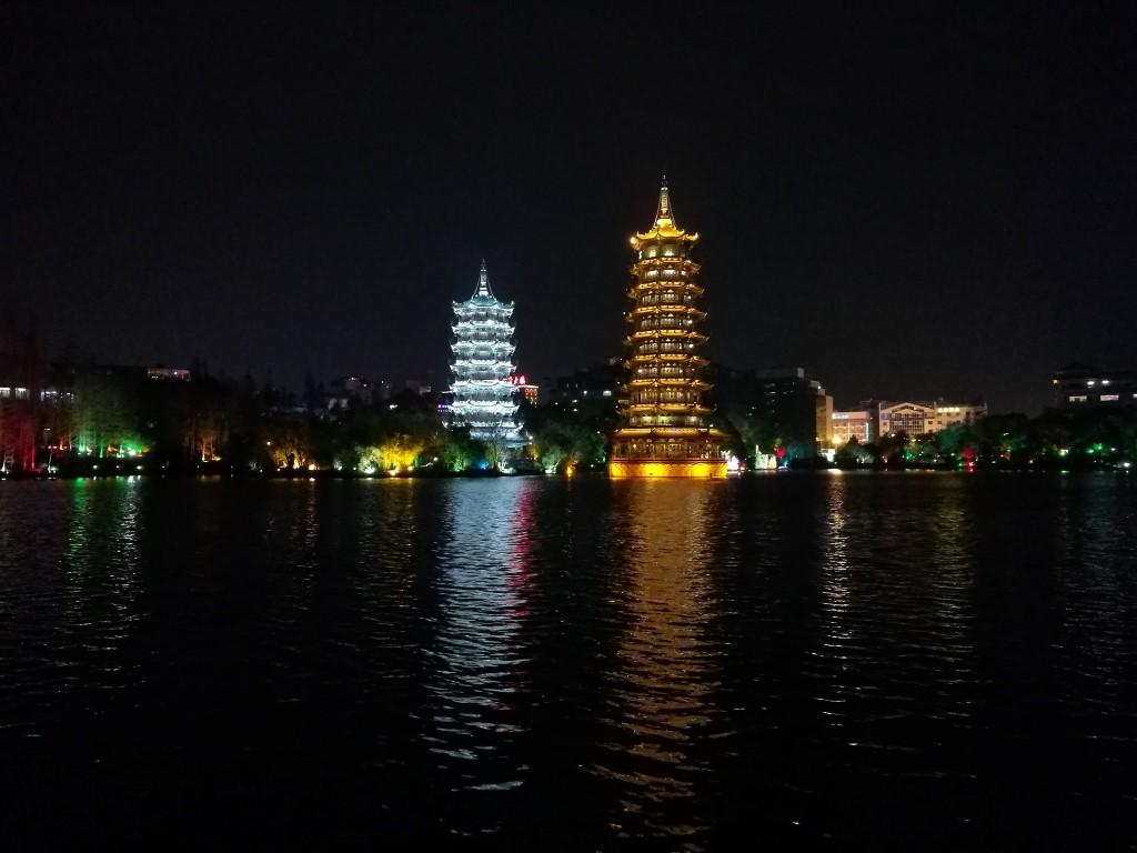 Les tours du soleil et de la lune sur le lac de Guilin