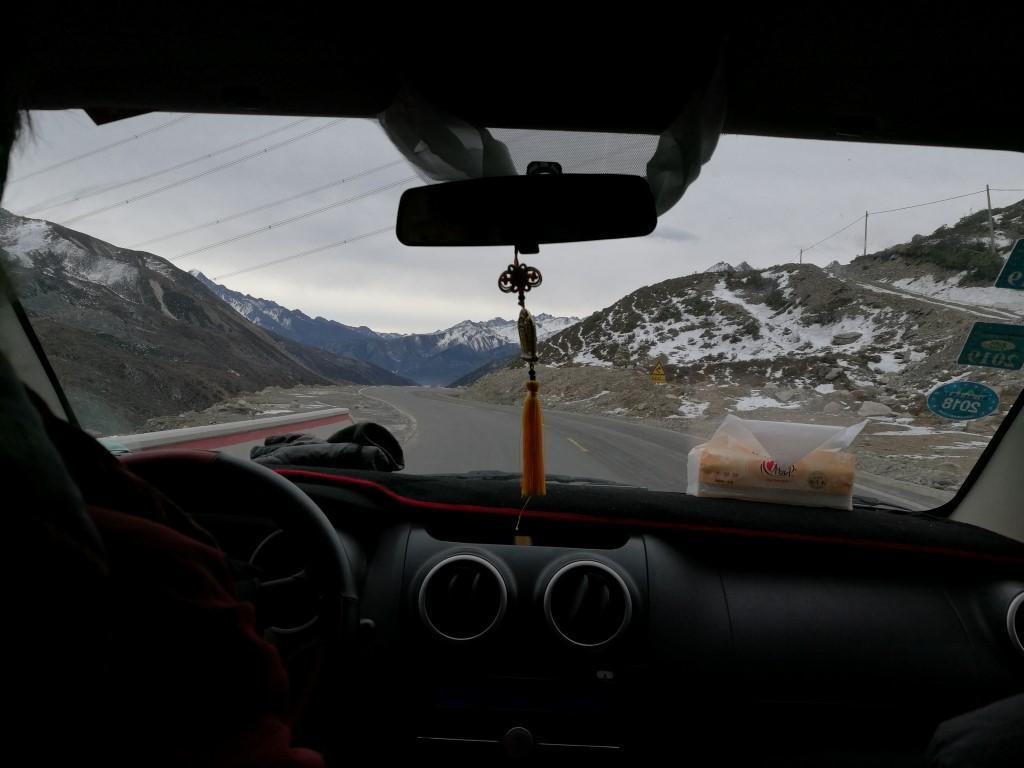 En quittant Litang au petit matin, de retour sur la route dans les montagnes du Sichuan