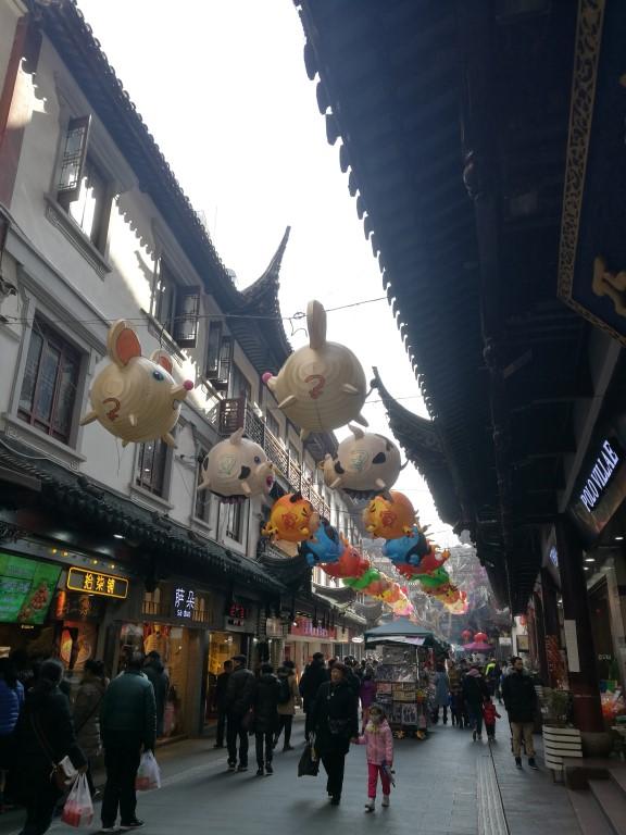 Les décorations avant les célébrations du Nouvel An chinois dans un des centres commerciaux de la ville