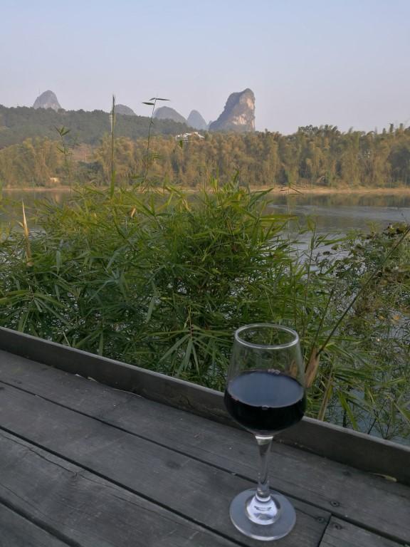 Un petit verre de vin en terrasse au bord de la rivière Li