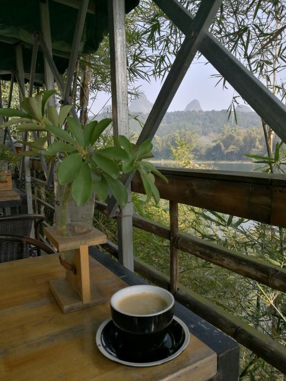 Un café sur les berges de la rivière Li