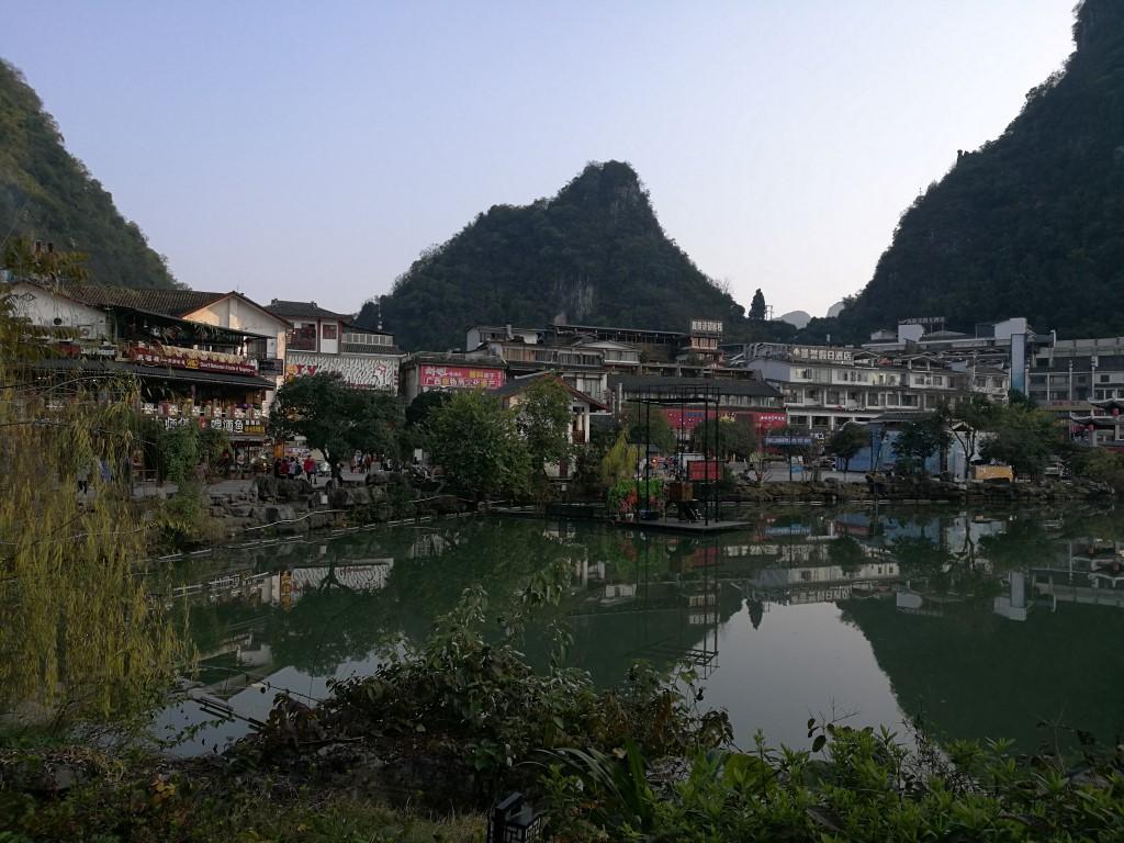La ville de Yangshuo au pied des formations Karstiques