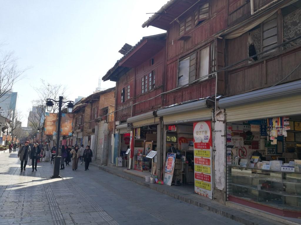 Balade dans les rues aux larges trottoirs de Kunming