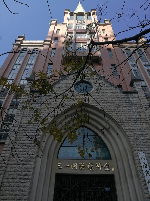 Une église, imposante, dans Kunming