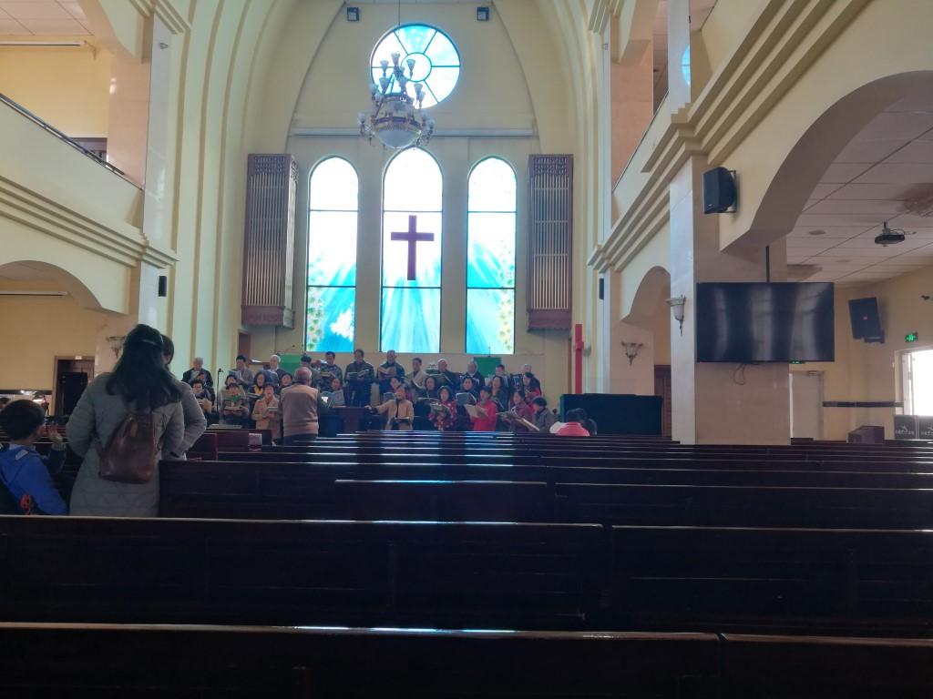 Une chorale en pleine répétition dans une église de Kunming