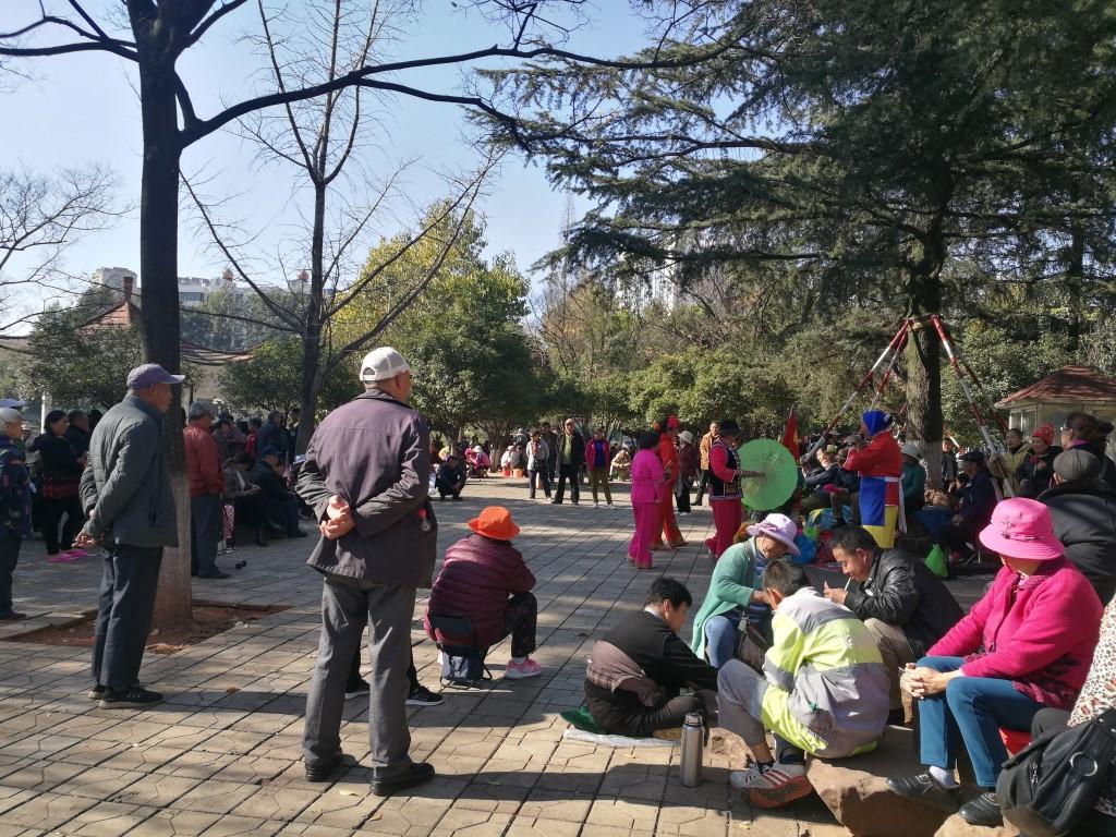 Un des nombreux parcs de Kunming, lieux de rassemblement et de vie sociale