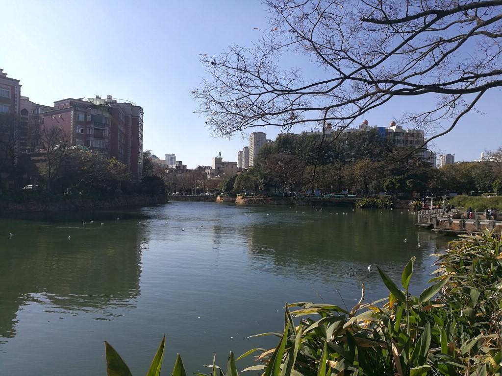 Une étendue d'eau dans un des parcs de Kunming