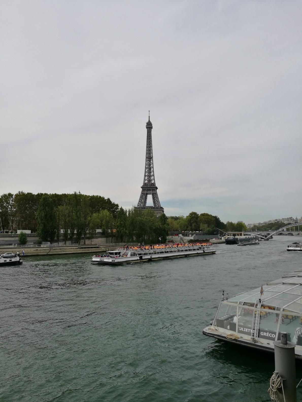 La tour Eiffel vue de l'autre côté de la Seine
