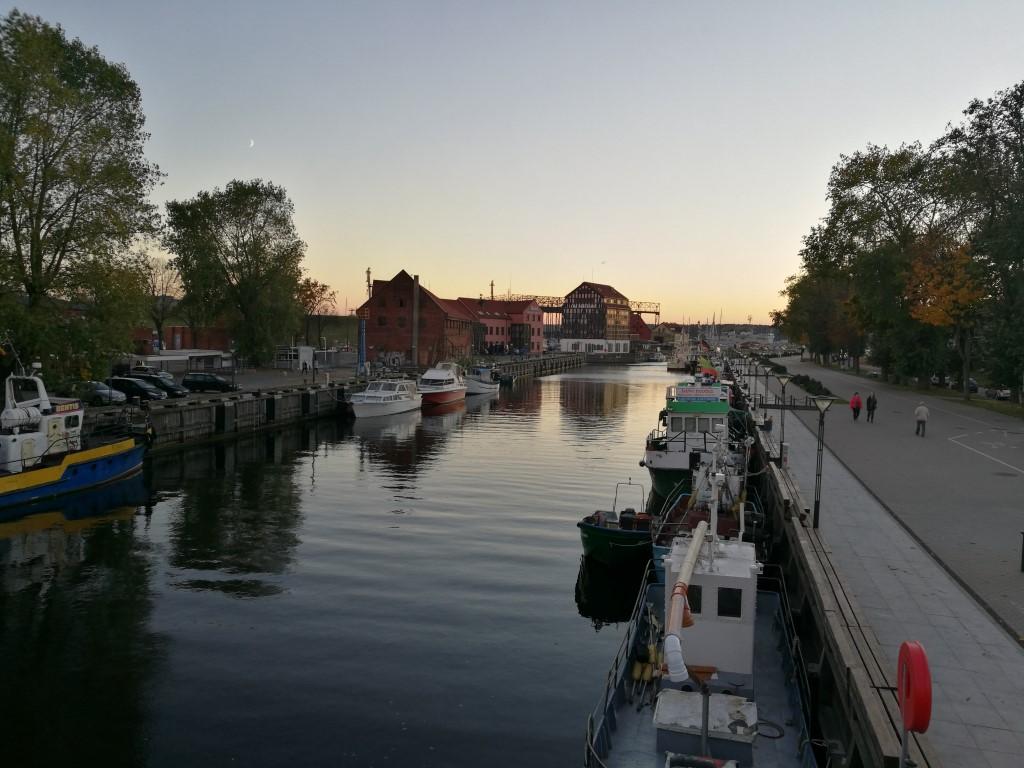 Le canal de Klaipeda au coucher du soleil