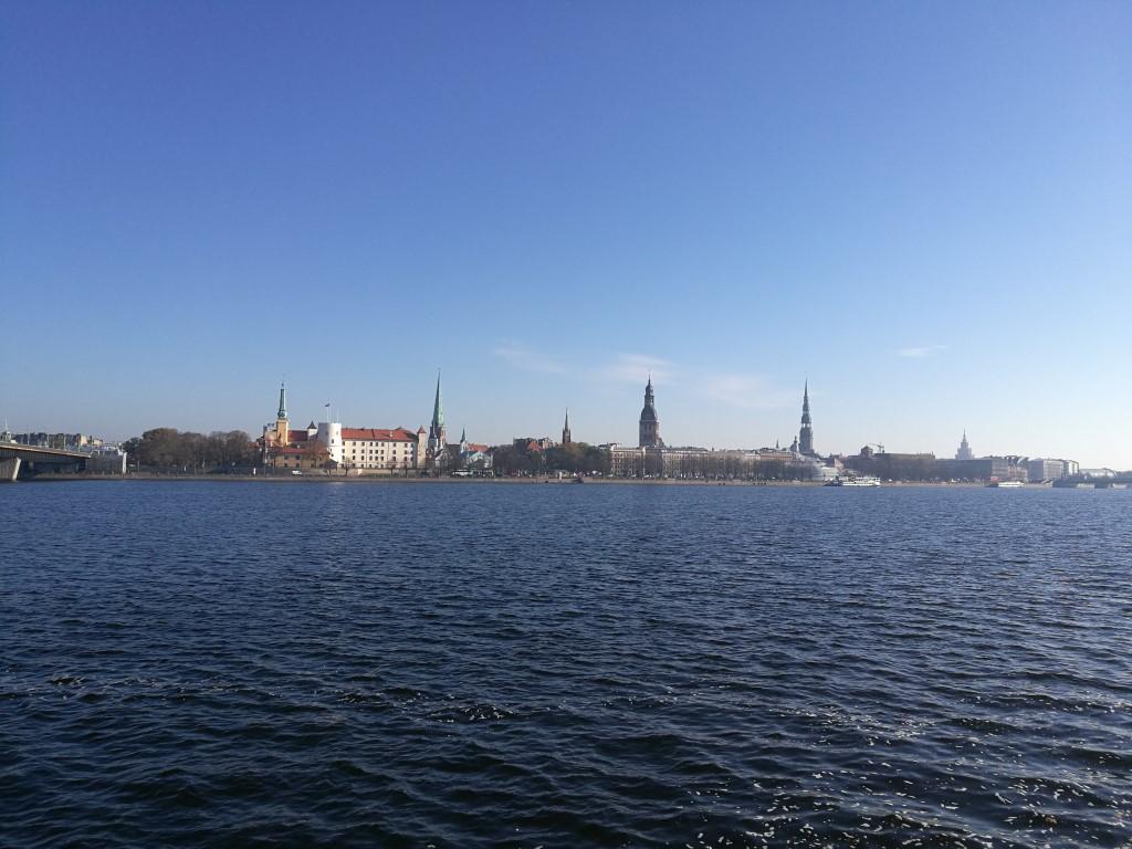 La vieille ville de Riga vue de l'autre côté de la rivière Daugava