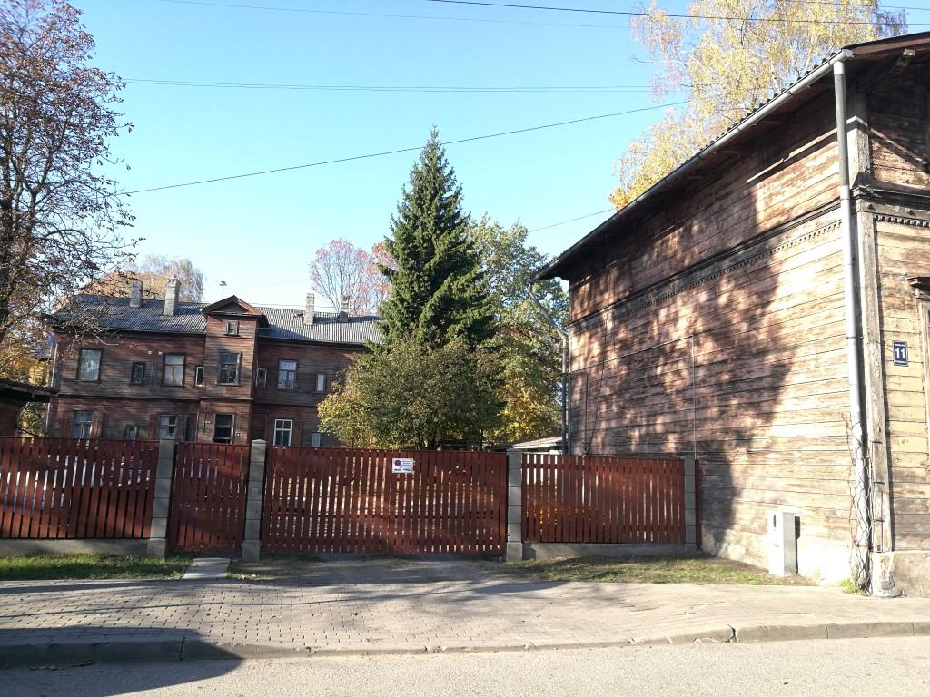 Les maisons en bois du quartier de l'autre côté de la rivière Daugava à Riga