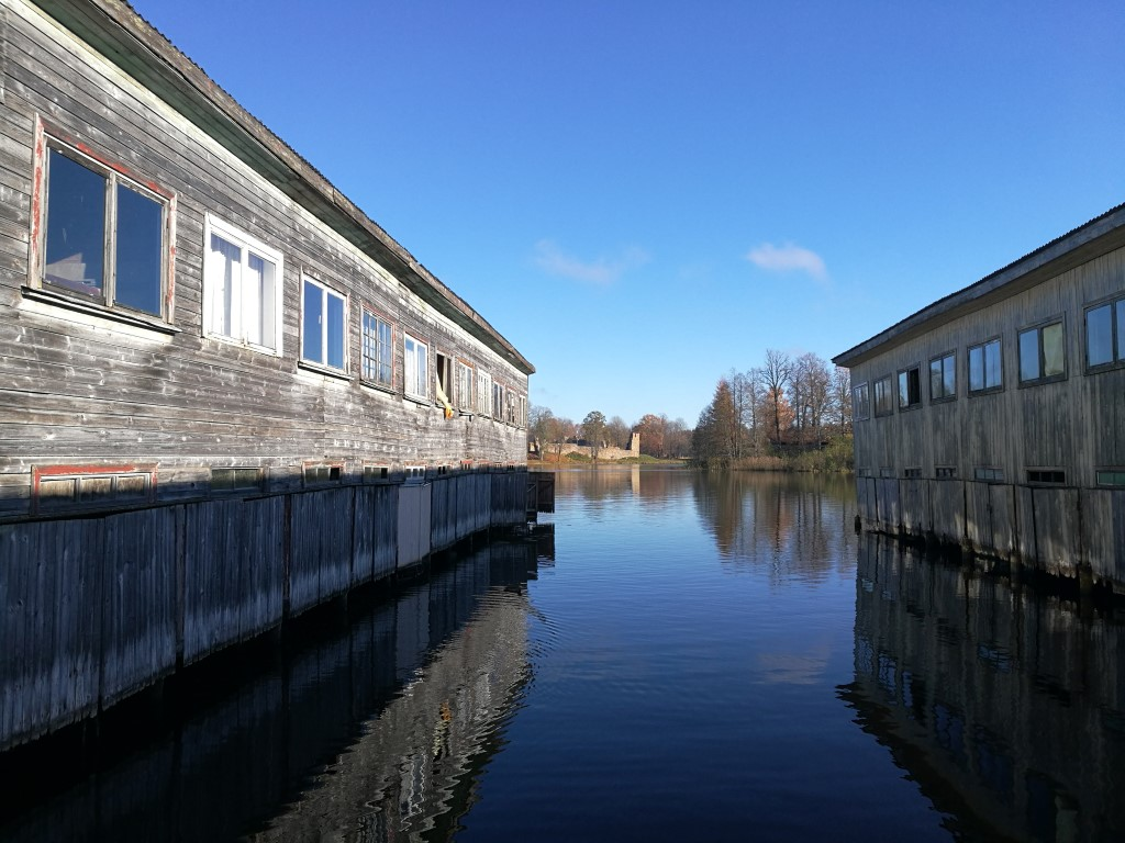 Les baraques des pêcheurs au bord du lac