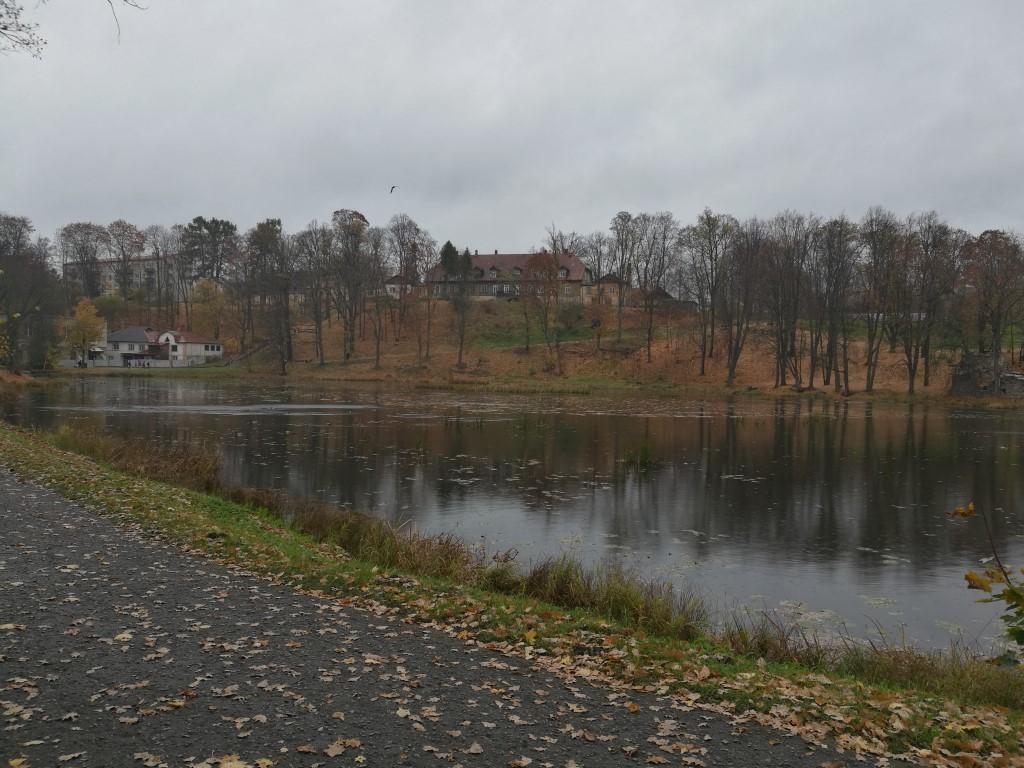 Smiltene le Lac dans l'ancien jardin du domaine du compte