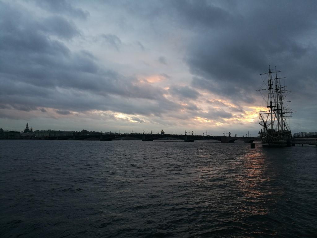 Un ancien voilier au coucher du soleil sur la Neva