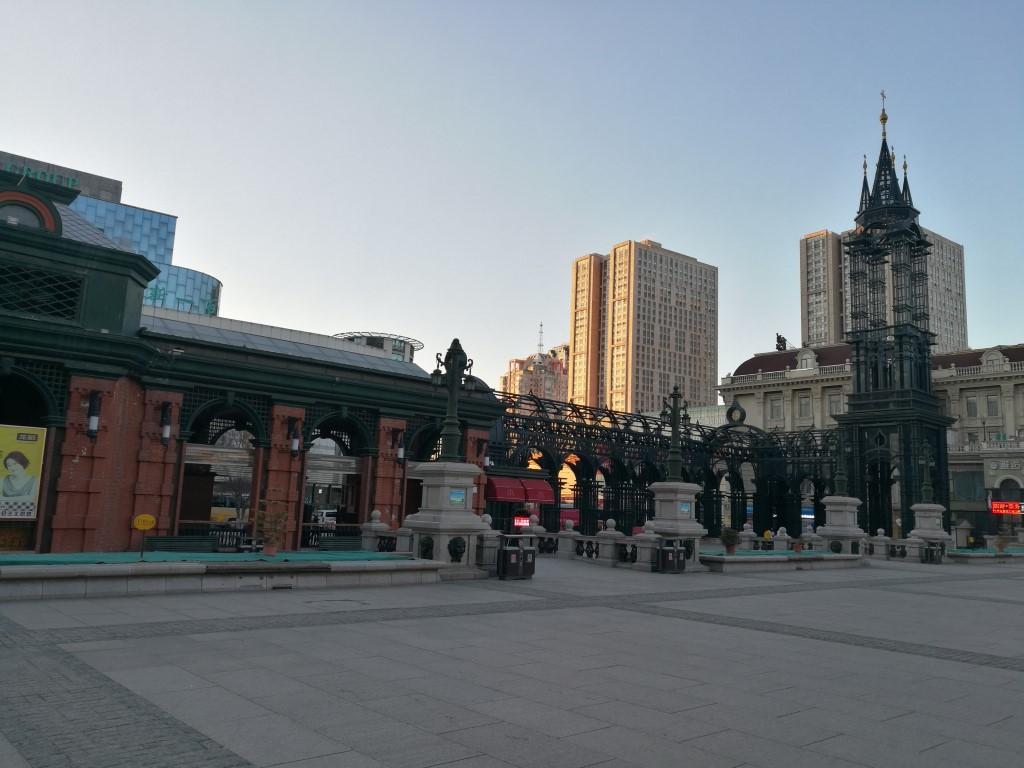 Une place dans la ville au coucher du soleil