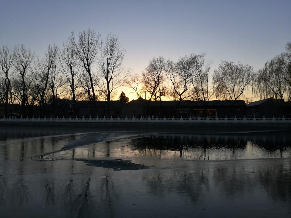 Le lac artificiel du quartier des Hutongs au coucher du soleil