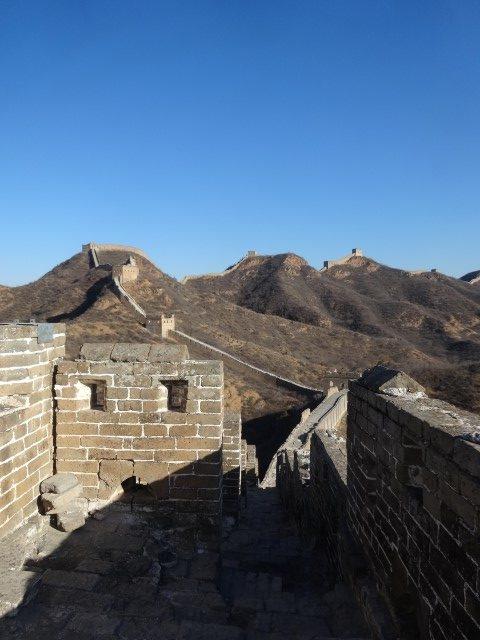 La muraille restaurée à perte de vue sur la crête des collines